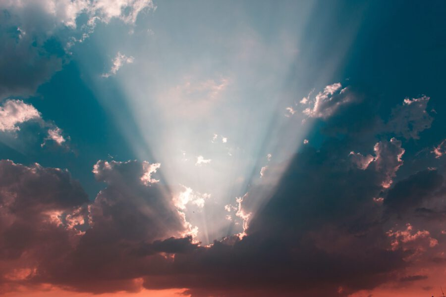 Aurinko paistaa pilvien välistä