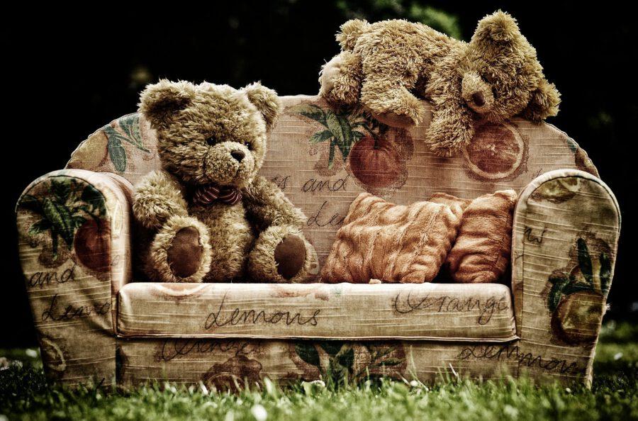 Nalleja sohvalla