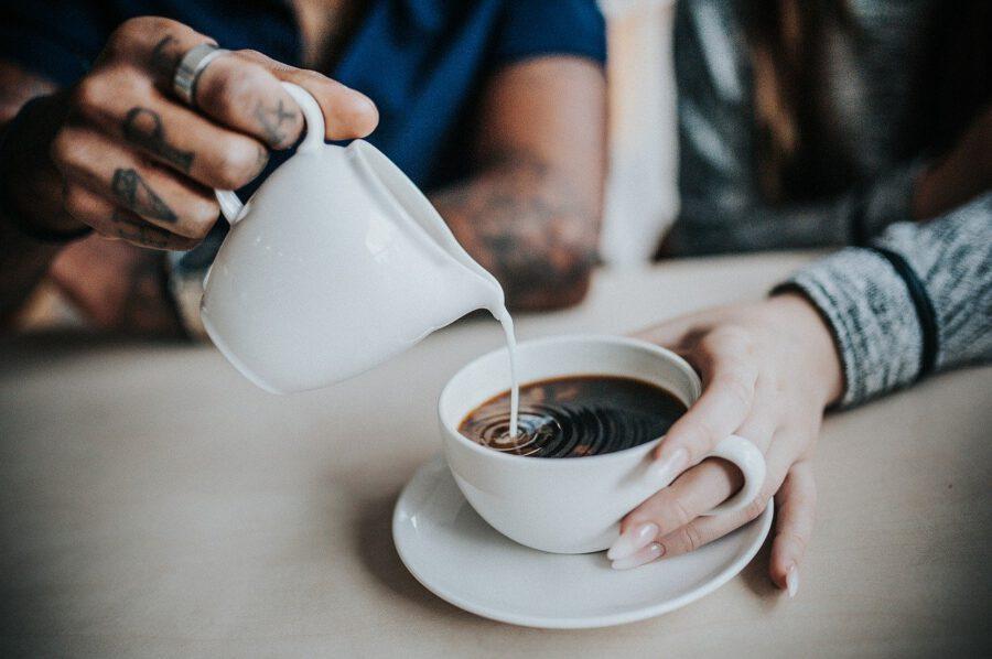 Kerman kaataminen kahviin
