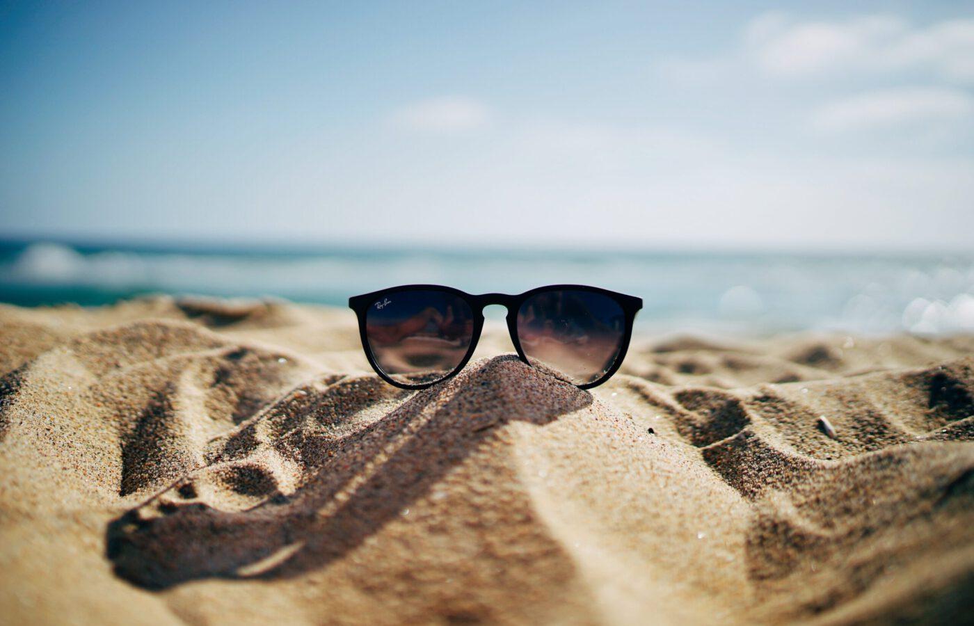 Aurinkolasit hiekkarannan hiekalla
