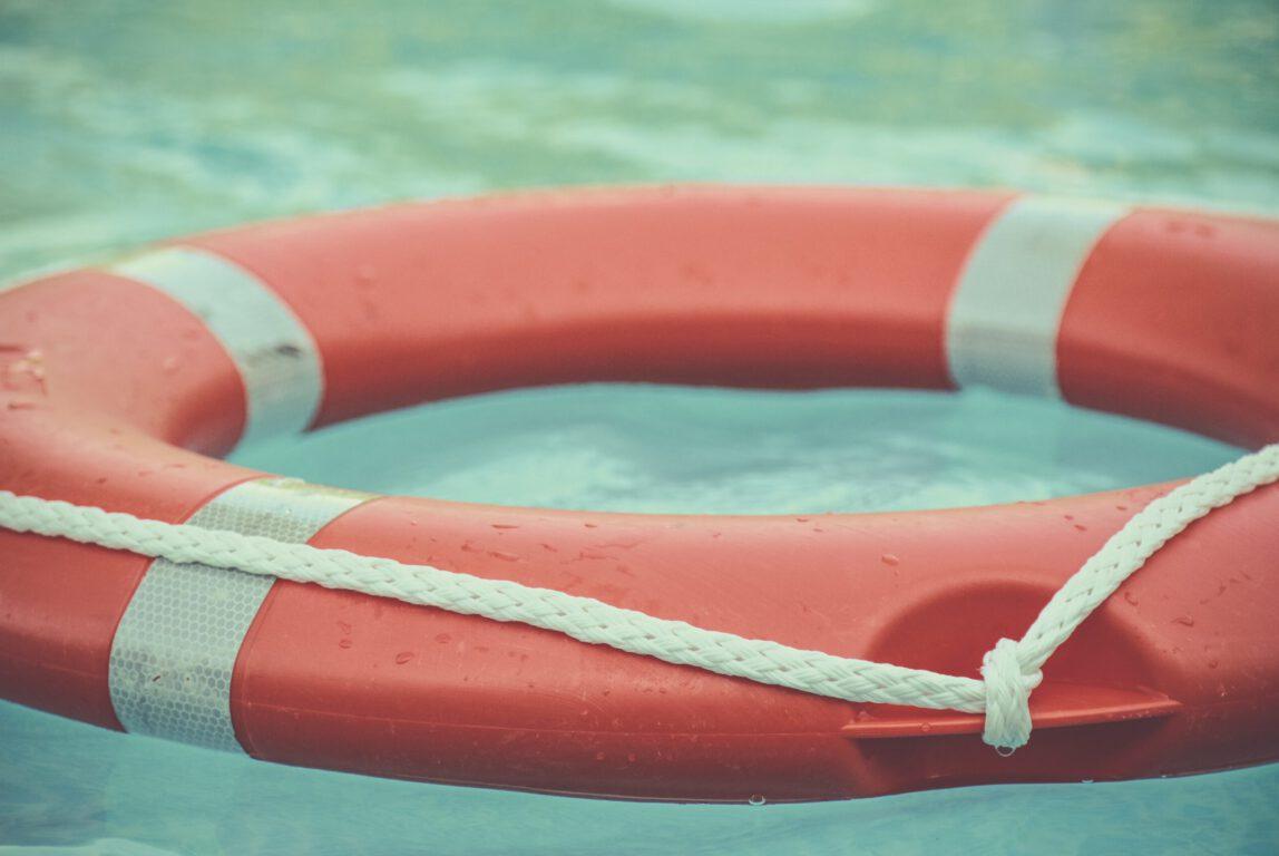 Kuvassa on pelastusrengas, joka symboloi avun tarjoamista.
