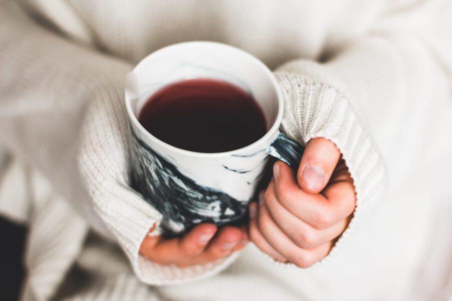 Kahvikuppi kädessä