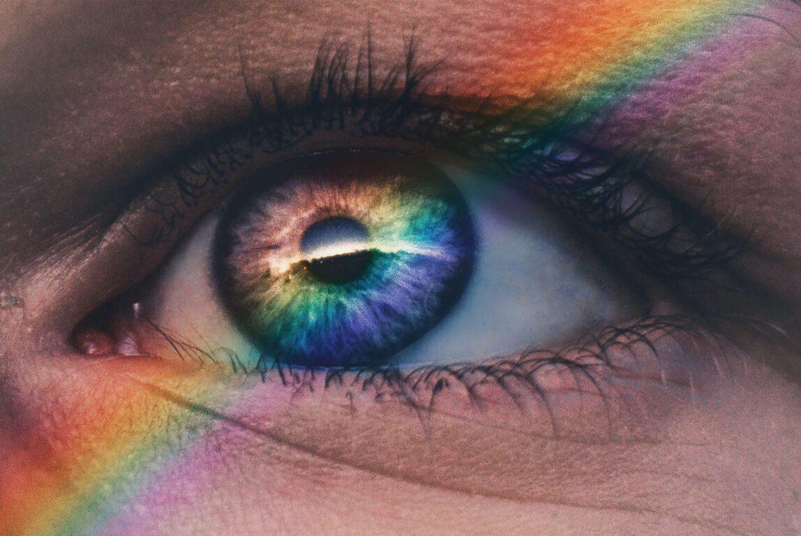 Kuvassa silmä, johon heijastuu sateenkaaren värit