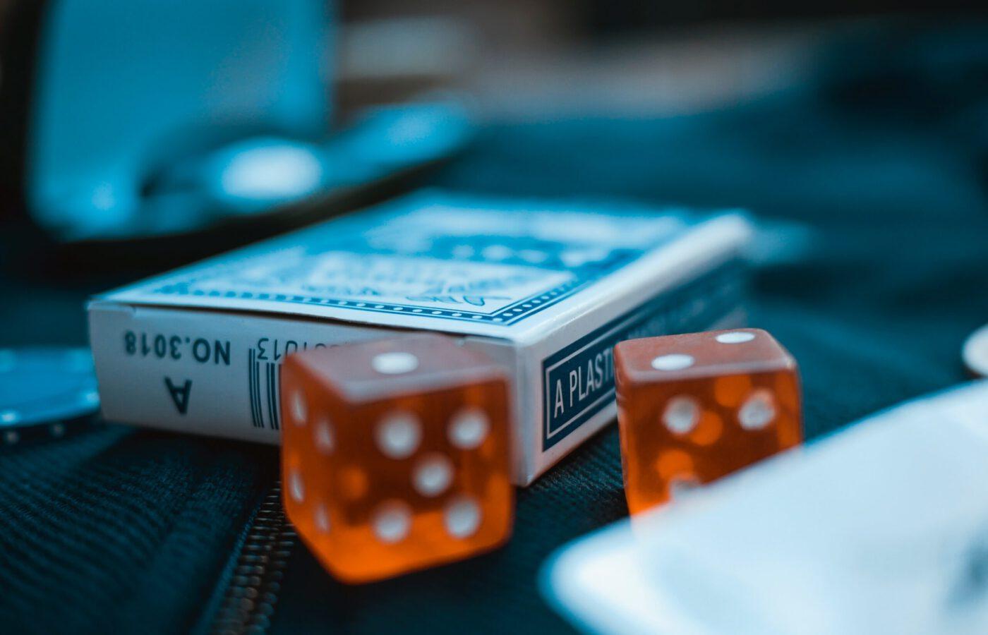 Korttipakka ja nopat