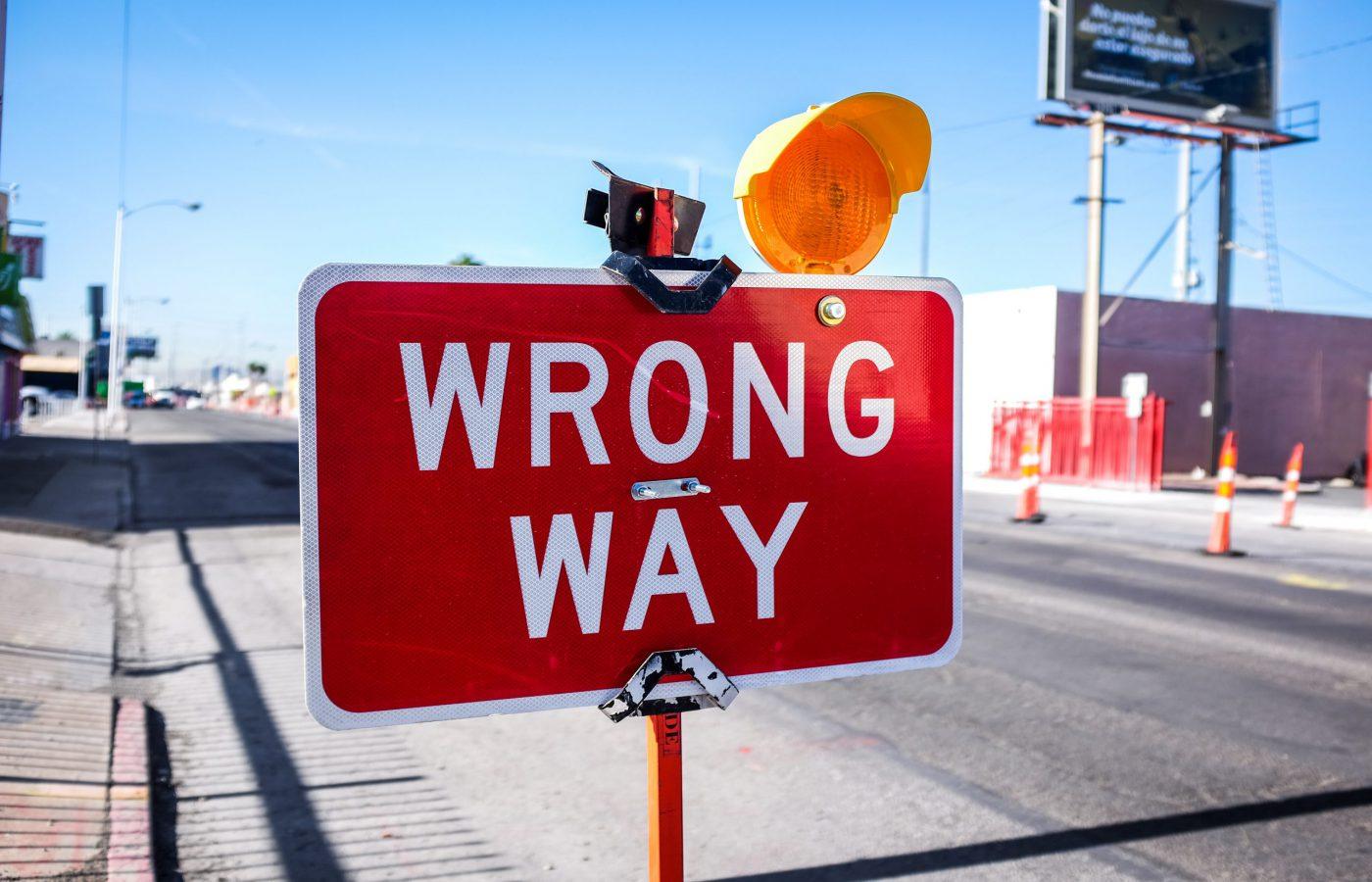 Kuvassa on liikennemerkki, jossa on teksti Wrong Way