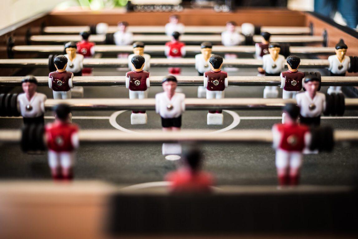 Kuvassa on jalkapallopeli, jonka tarkoitus on kuvastaa yhteisöllisyyttä.