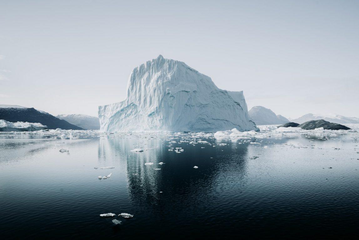 Jäävuori keskellä merta.