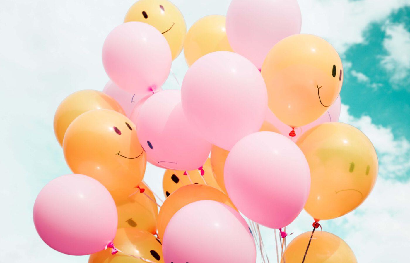 kuvassa iloisia ilmapalloja