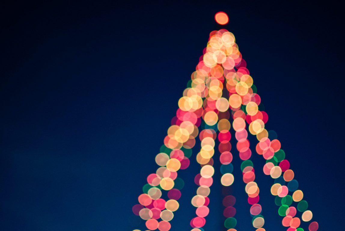 Kuvassa on jouluvaloista rakennettu joulukuusi.