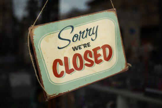 "Kyltti jossa lukee: ""Sorry we're closed"""