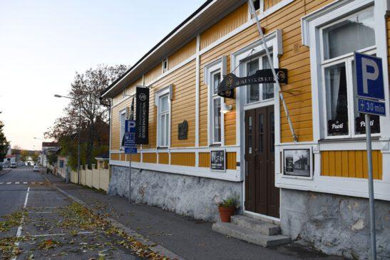 Kuvassa keltainen vanha puutalo VB-valokuvakeskus Kuopiossa.